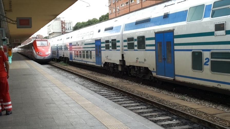 L arrivo di un treno alla stazione di torino porta nuova - Orari treni porta nuova torino ...